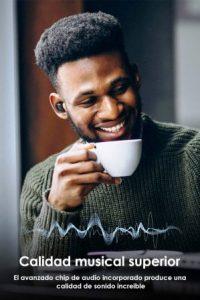 persona usando auricular yole x187 mientras toma el cafe