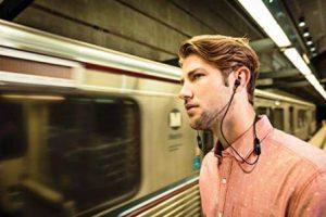 persona usando el auricular jbl t110bt
